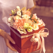 эустома, роза спрей, хиперикум, цимбидиум, гвоздика, коробка, оазис, лента