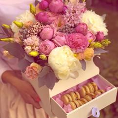 пион, роза спрей, гиацинт, бруния, озотамнус, эвкалипт, эустома, ранункулюс, макаруны, тишью, коробка