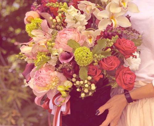 фаленопсис, зантедеския, вероника, вибурнум, ранункулюс, тюльпан, роза, эвкалипт, антиринум, декор, мешок бархатный