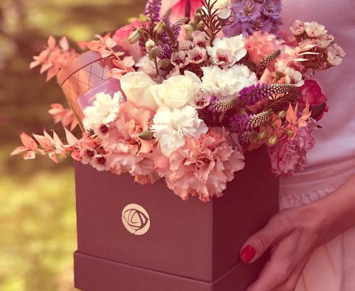 рома свеча Max Benjamin, коробка, антуриум, роза, рускус, хамелациум, дельфиниум, гвоздика, вероника, эустома