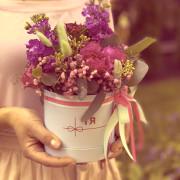 роза спрей, матиолла, гипсофила, лагурус, эвкалипт, оазис, коробка «XS»