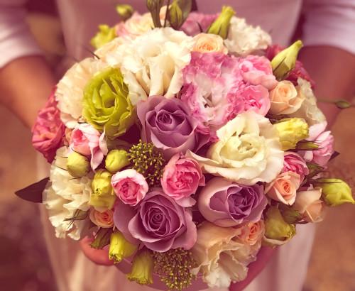 роза спрей, эустома, скимия, роза, гвоздика, оазис, коробка «С»