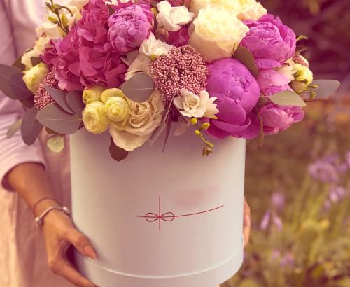 пион, гортензия, фрезия, озотамнус, роза импорт, эвкалипт, роза спрей, оазис, коробка «L»