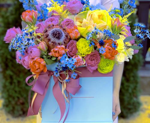астильба, гортензия, эустома, протея, роза, дельфиниум, тюльпан, орнитогалум, эвкалипт, хелеборус, коробка